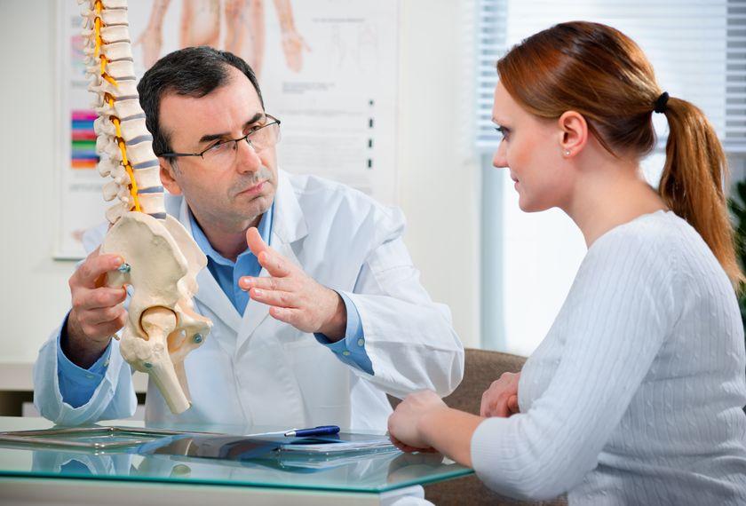 Обследование у доктора перед лечением седалищного нерва народными средствами